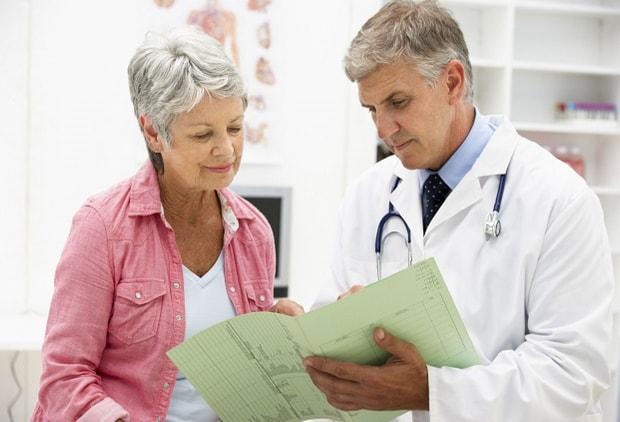 Врач показывает пациенту анализы