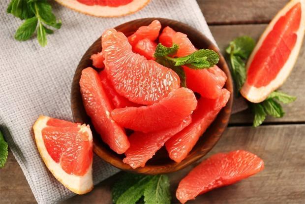 На столе мисочка с дольками очищенного полезного грейпфрута