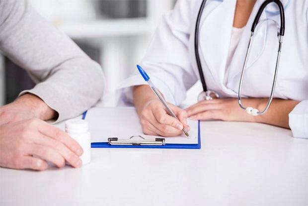 Врач со стетоскопом выписывает пациенту инсулиносодержащий препарат