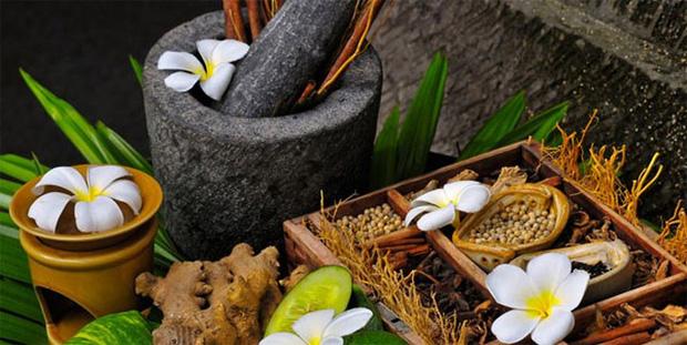 На столе каменная ступка и несколько емкостей с молотыми травами